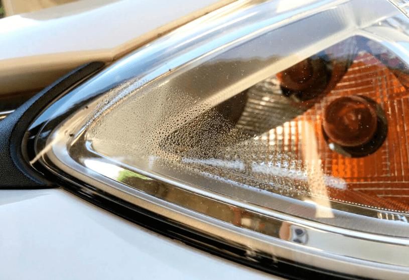 """Phần hộp đèn trước và sau xe xuất hiện hiện tượng """"sương đọng""""."""